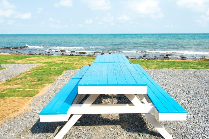 Table bleue près de la mer images stock