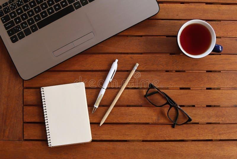 Table bureau avec ordinateur portable, tasse et toutes les propriétés importantes image libre de droits