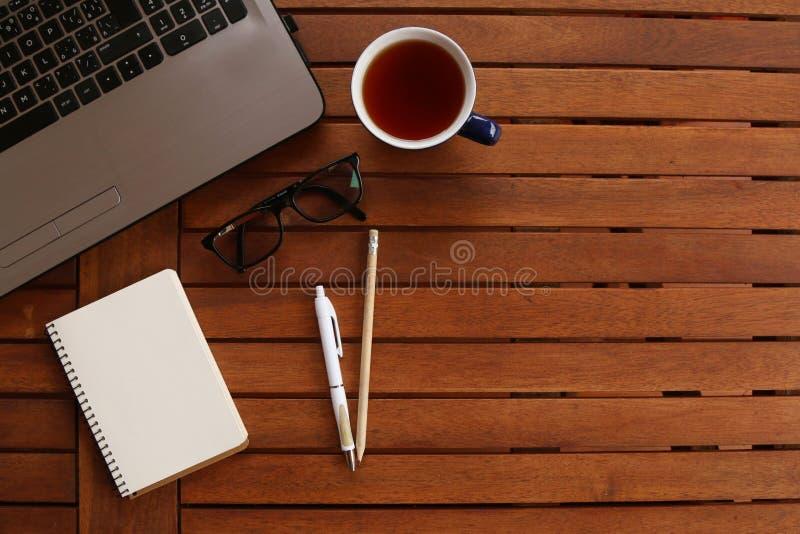 Table bureau avec ordinateur portable, tasse et toutes les propriétés importantes photos libres de droits
