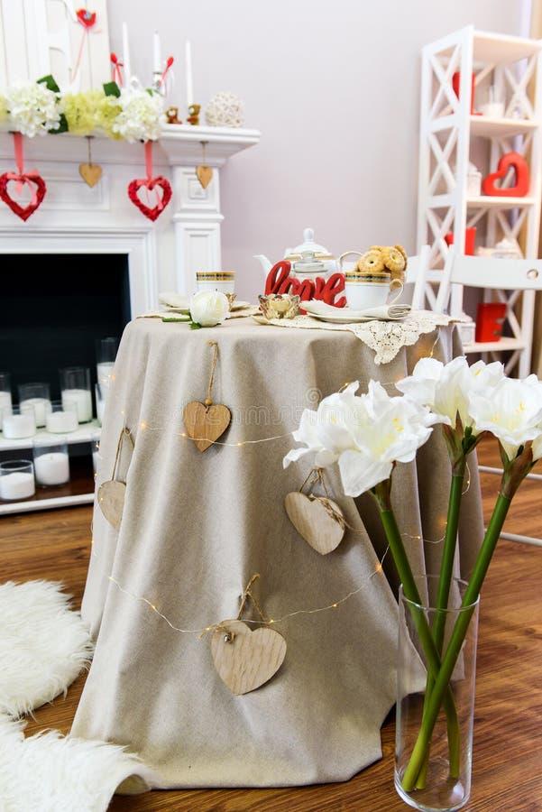 Table décorée de jour de valentines de St photos stock