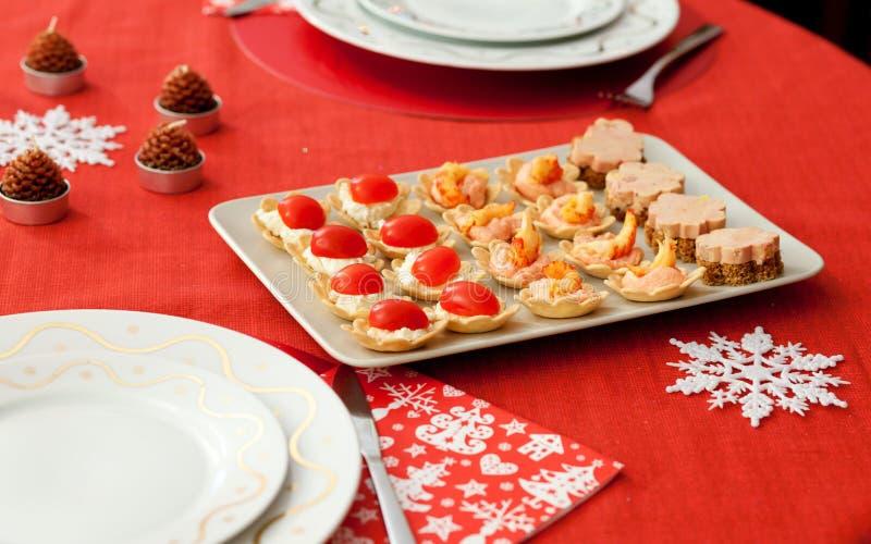 Table décorée de Noël avec les tartlets savoureux images stock