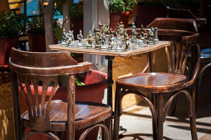 Table d'échecs de vintage avec les chiffres antiques image libre de droits