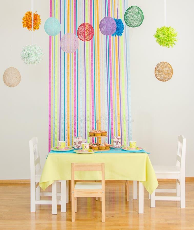 Table d'anniversaire avec des gâteaux. image libre de droits