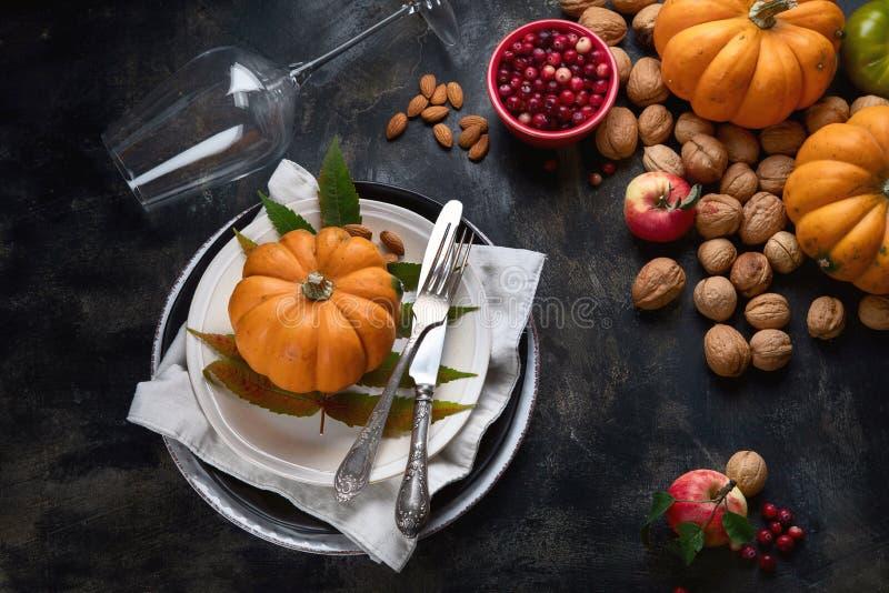 Table d'automne avec citrouilles images stock