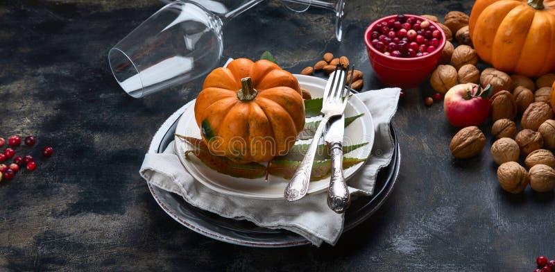 Table d'automne avec citrouilles image stock