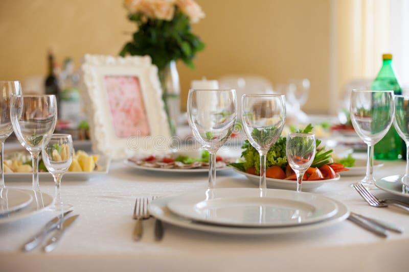 Table d'une manière élégante approvisionnée de réception de mariage : verres, plats et s image stock