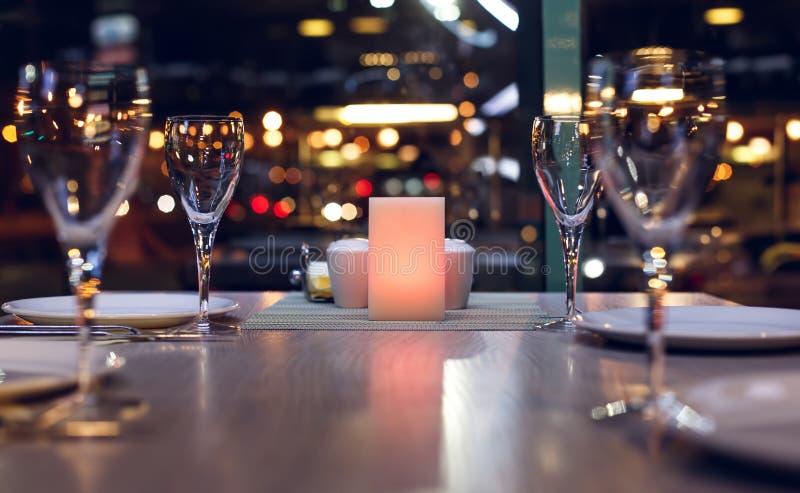 table dans un restaurant sur le bokeh de fond images libres de droits