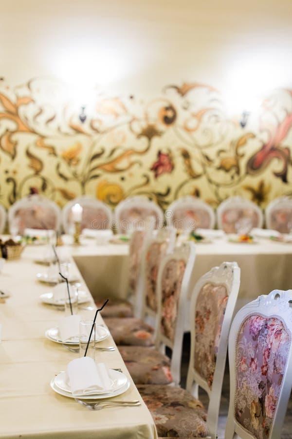 Table de banquet de approvisionnement admirablement décorée images stock