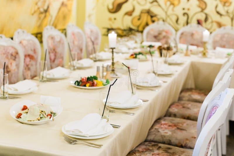 Table de banquet de approvisionnement admirablement décorée image libre de droits