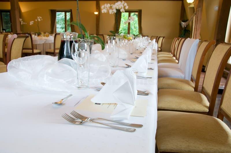 Table de banquet réglée dans le brun images stock