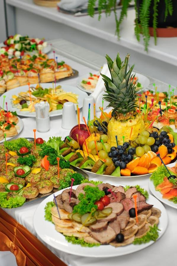 Table de banquet richement servie images libres de droits