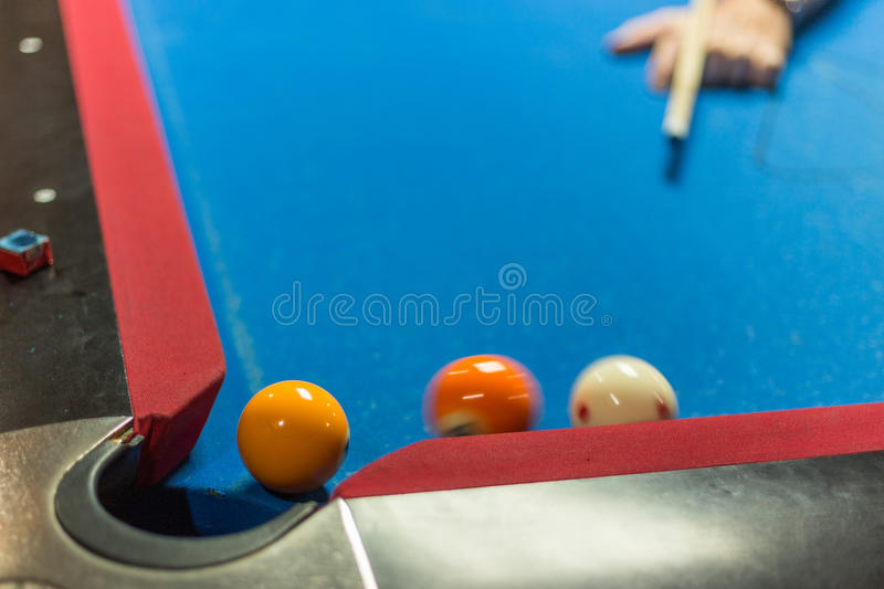 Table de billard avec la tache floue de mouvement photo stock