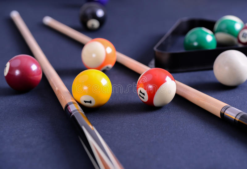 Table de billard bleue avec des boules et la queue photographie stock libre de droits