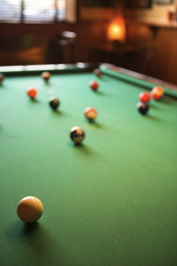 Table de billards avec des billes de regroupement étendues. photos libres de droits