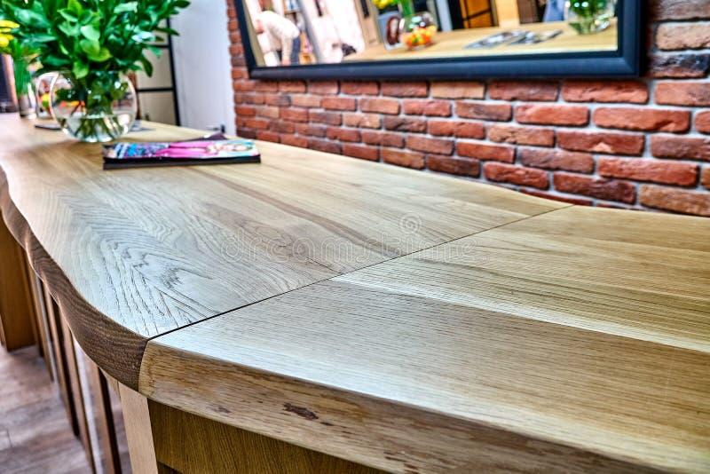 Table de bord en bois en chêne massif Comptoir en chêne solide Compteur de bord dynamique Mobilier de détails photographie stock libre de droits