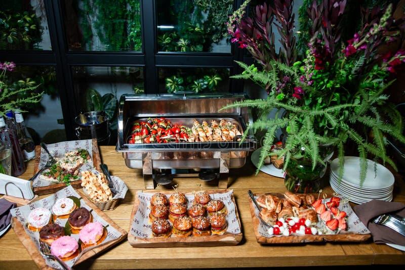 Table de buffet avec des casse-cro?te et des boissons images libres de droits