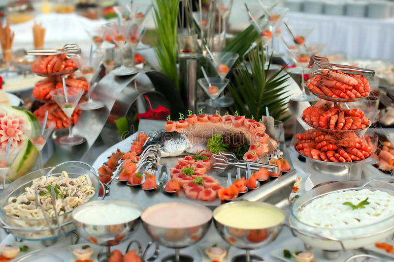 Table de buffet avec des fruits de mer photo libre de droits