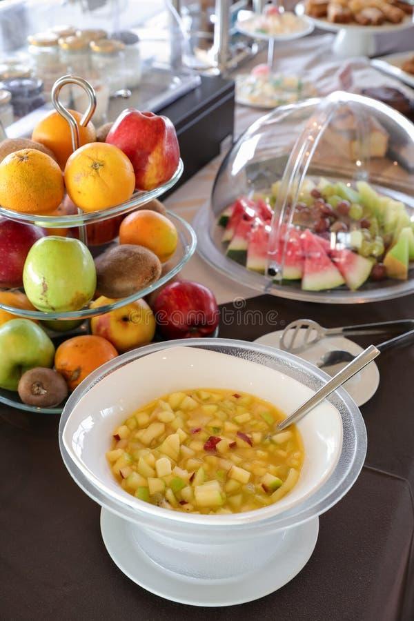 Table de buffet de petit déjeuner de salade de fruits et divers sains des fruits tels que des oranges, pommes, kiwi, raisins, tra photos stock