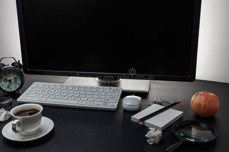 Table de bureau avec des objets pour les affaires et la pause-café sur le cuir noir photos libres de droits