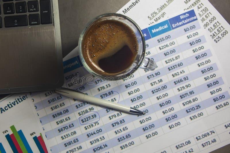 Table de bureau avec l'ordinateur, approvisionnements, diagramme d'analyse, stylo image stock