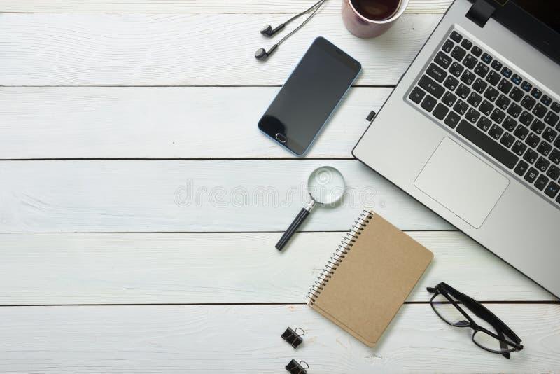 Table de bureau avec l'ordinateur, approvisionnements, fleur Vue supérieure Copiez l'espace pour le texte image libre de droits