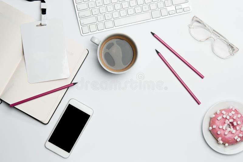 Table de bureau avec la tasse d'ordinateur, d'approvisionnements, de téléphone et de café photos libres de droits