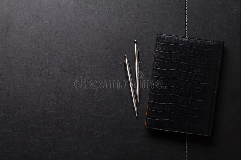 Table de bureau avec le bloc-notes, le stylo et le crayon photo libre de droits