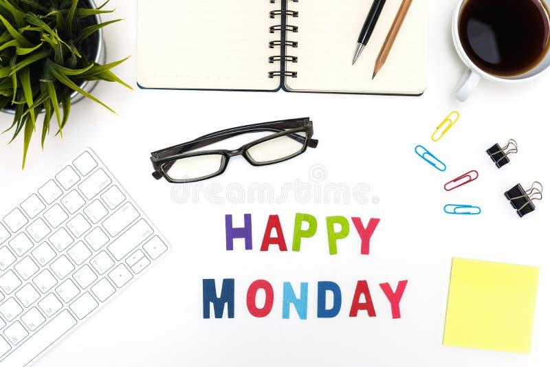 Table de bureau avec le mot heureux de lundi photographie stock libre de droits