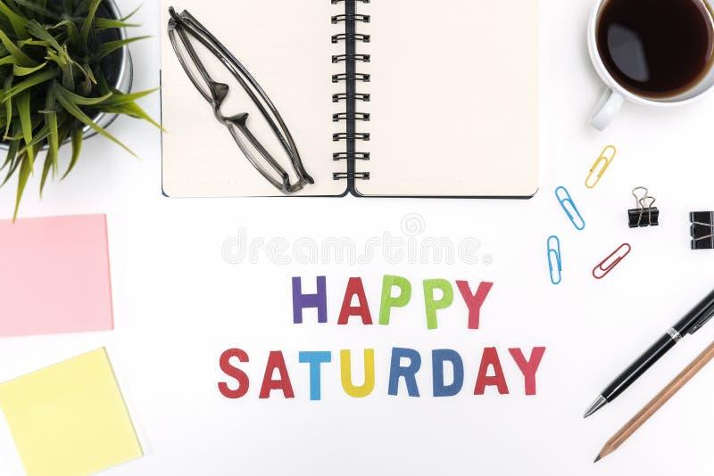 Table de bureau avec le mot heureux de samedi photos stock