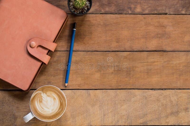 Table de bureau avec le smartphone d'écran vide photos stock