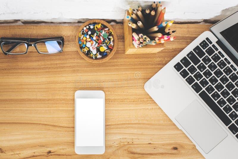 Table de bureau avec les dispositifs vides image stock