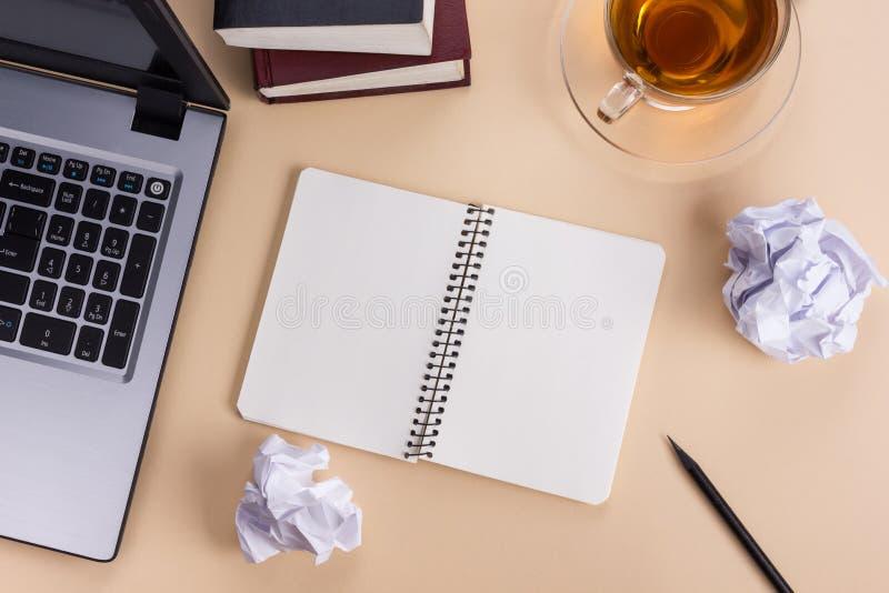 Table de bureau de vue supérieure avec le bloc-notes, ordinateur et image stock