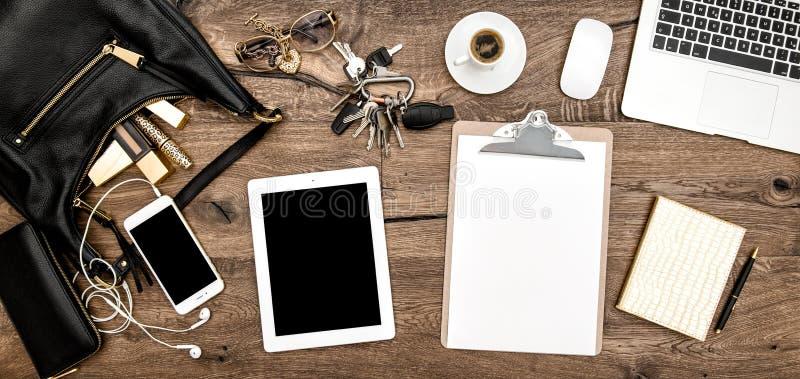 Table de bureau Fournitures de bureau, cosmétiques, instruments image stock