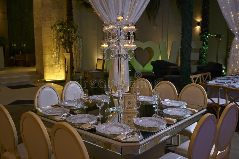 table de 10 chaises plaçant, décoration allumée par bougie, salle de bal élégante pour la réception de mariage, idées de décorati photographie stock libre de droits
