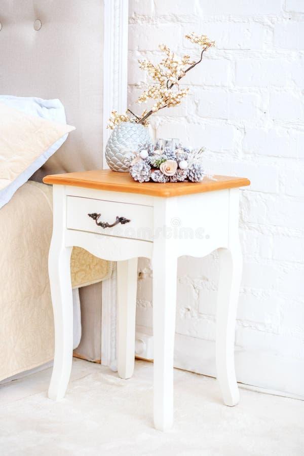 Table de chevet blanche Intérieur décoratif de concept de vase, maison, COM images libres de droits