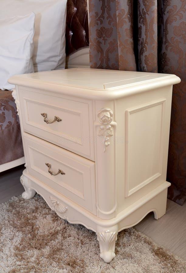 Table de chevet de couleur d'un ivoire dans une chambre à coucher photos libres de droits