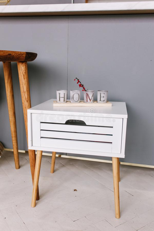 Table de chevet en bois blanche Concepteur moderne, nightstand avec des cubes en lettres à la maison images stock