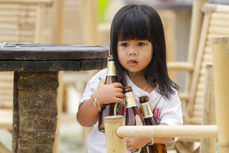 Table de clairière de petite fille photos stock