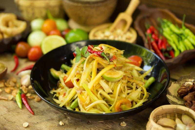 table de cuisine avec de la salade et la nourriture épicées n thaïlandais de papaye d'ingrédient photos libres de droits