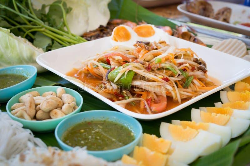 Table de cuisine avec de la salade, l'oeuf à la coque et l'ingrédient épicés de papaye image libre de droits