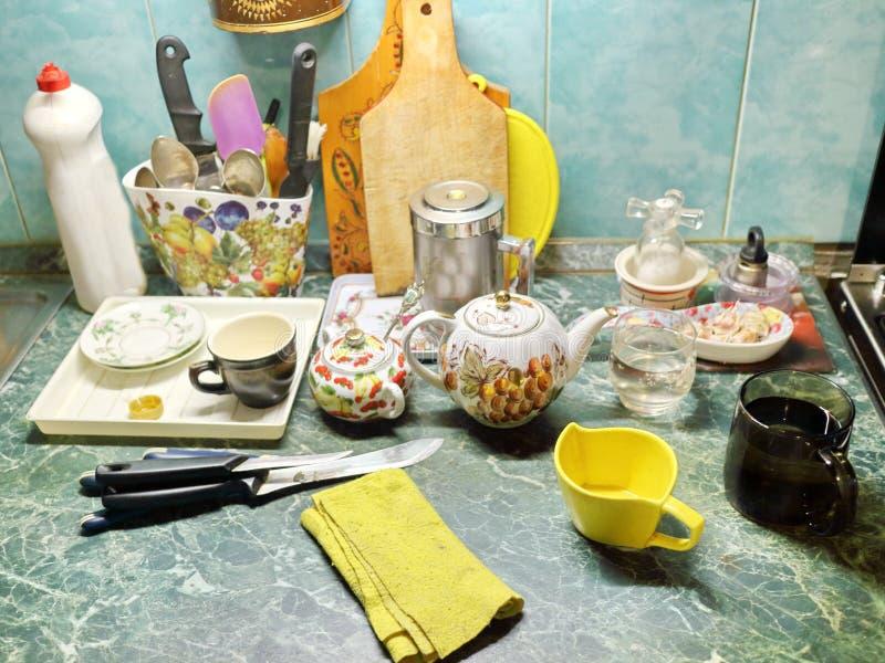 Table de cuisine avec des tasses, une bouilloire photos stock