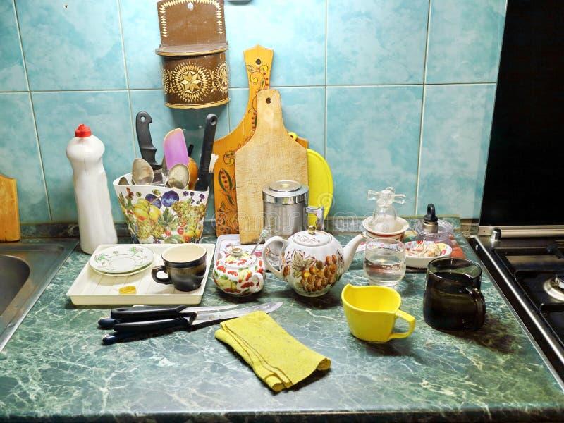 Table de cuisine avec des tasses, une bouilloire image libre de droits