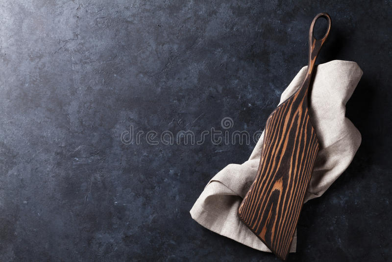 Table de cuisine avec la planche à découper au-dessus de la serviette photos stock