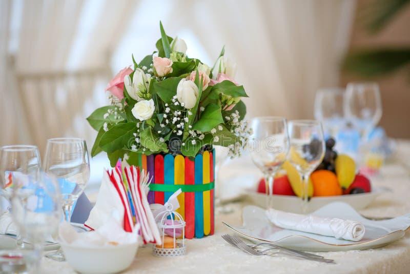 Table de décoration de mariage avec des fleurs et des arcs-en-ciel image libre de droits