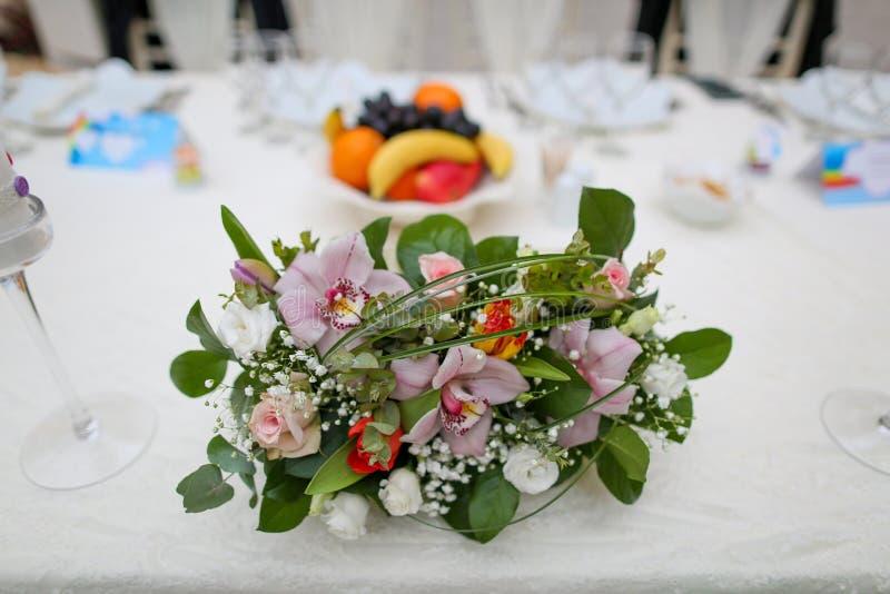 Table de décoration de mariage avec des fleurs et des arcs-en-ciel image stock
