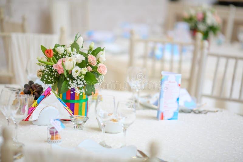 Table de décoration de mariage avec des fleurs et des arcs-en-ciel photo libre de droits
