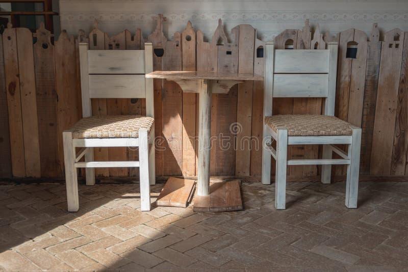 Table de décoration de vintage et intérieur en bois de chaise photographie stock