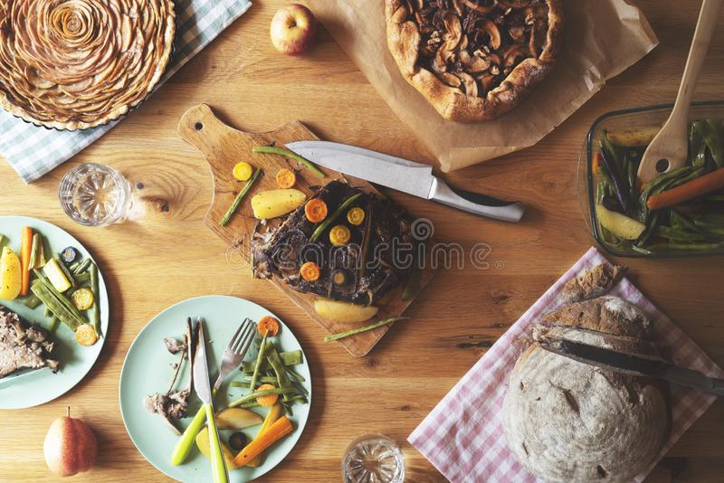 Table de dîner au-dessus de vue Bifteck de porc, légumes cuits au four, et tarte aux pommes images libres de droits