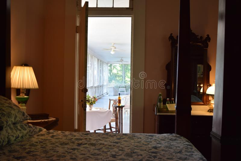 Table de dîner d'avant-guerre de porche d'écran de plantation de Belmont de chambre à coucher image libre de droits
