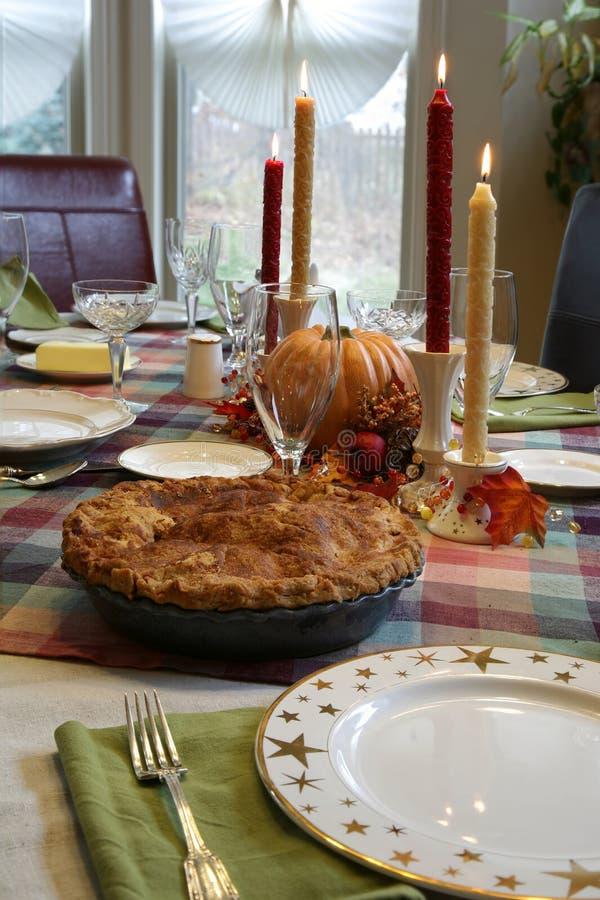 Table de dîner de thanksgiving avec la tarte aux pommes photographie stock libre de droits